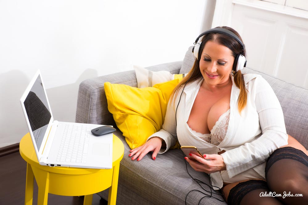 Plus size model working online